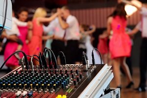 DJ Or Live Music – Which Is Best For Your Wedding?